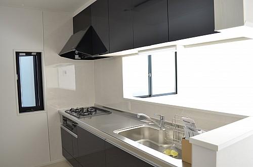 スイングリフト収納付の使いやすいキッチン