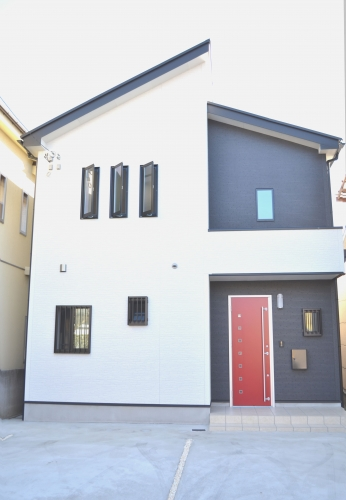 赤い玄関ドアがアクセントな外観
