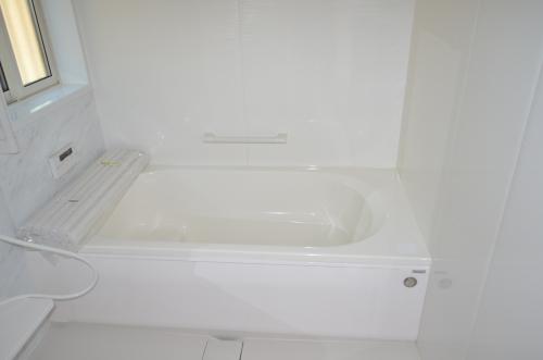 清潔感のある白いバスルーム