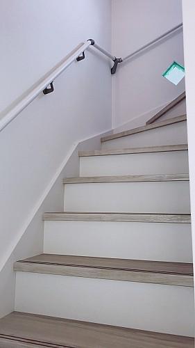 小屋裏へは階段で行けます(A・B棟共通)