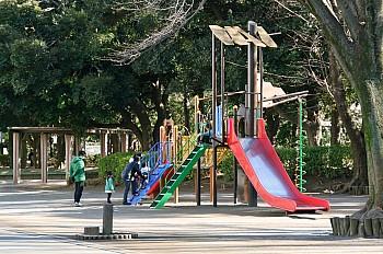 【松葉第二公園】 マルエツに併設。同伴の子供達も飽きません。