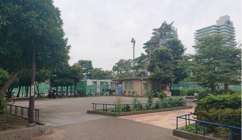 目の前「渋江公園(約70m)」はテニスコート、遊具に保育園…広い敷地と施設、休日はにぎわいます。