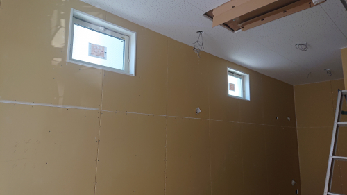 1・2階ともに壁上部に小窓あり。通気性も良好です