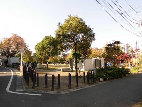 【池袋本町電車の見える公園】・・・徒歩約3分(約240m)