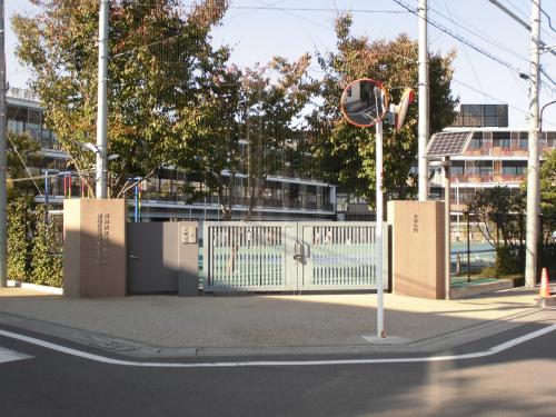 【豊島区立池袋本町小学校】・・・徒歩約5分(約400m)