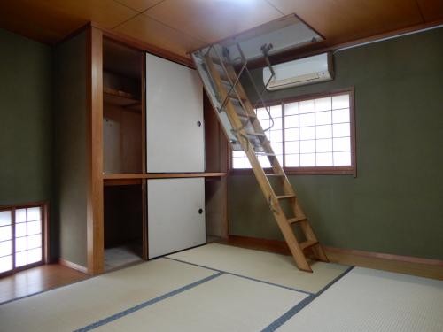 3階和室 屋根裏へのはしごは可動式です。