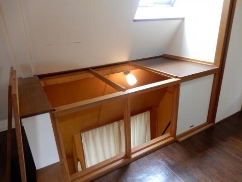 屋根裏 大きい荷物が運び入れられるように、板と木枠は取り外し可能です。
