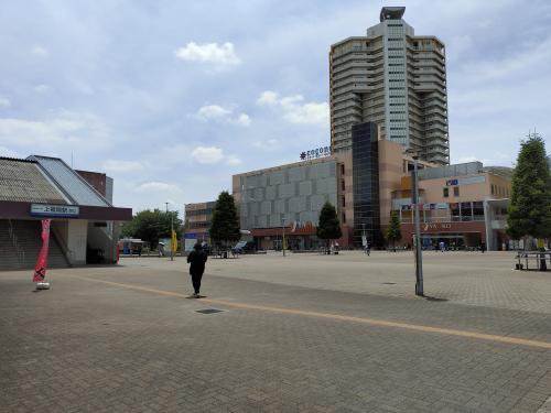 駅西口の様子。大きな広場とヤオコーをはじめとした買い物施設などが充実しています。