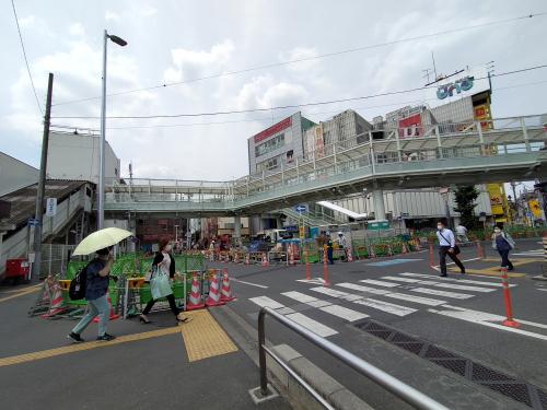駅東口の様子。飲食店など多数あり、賑わっています。