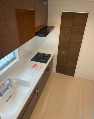 広々キッチンにはパントリー付きで備蓄品等もたっぷり収納(有
