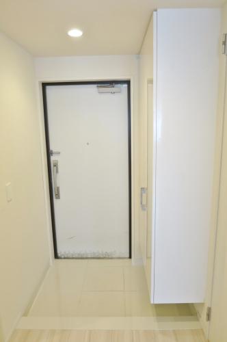 大きなシューズボックスのある玄関です。