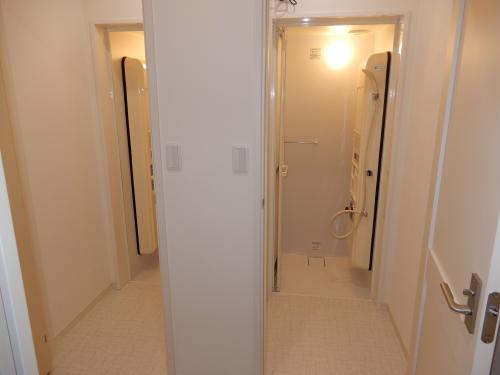 ユニットシャワー2台設置。脱衣スペースもあります。