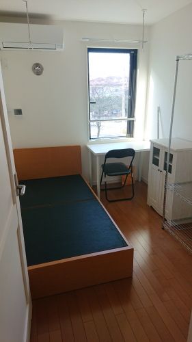 室内はベッドやエアコンなどがついており、すぐに利用可能です。