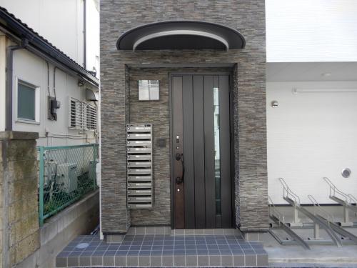 入口には各部屋ポスト、電子錠設置。